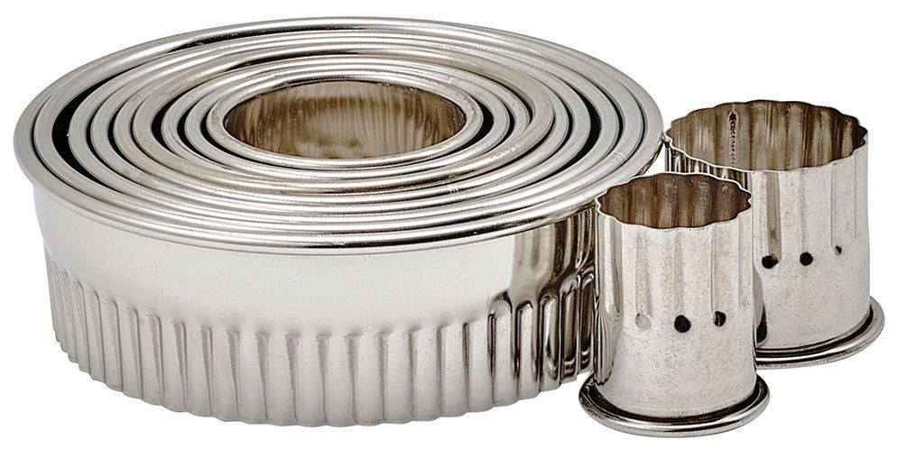 """Winco CST-1 11-Piece Fluted Round Stainless Steel Cookie Cutter Set 1""""H"""